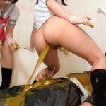女子高生のプリ尻から出る極太一本糞を食するスーツ姿のサラリーマン!